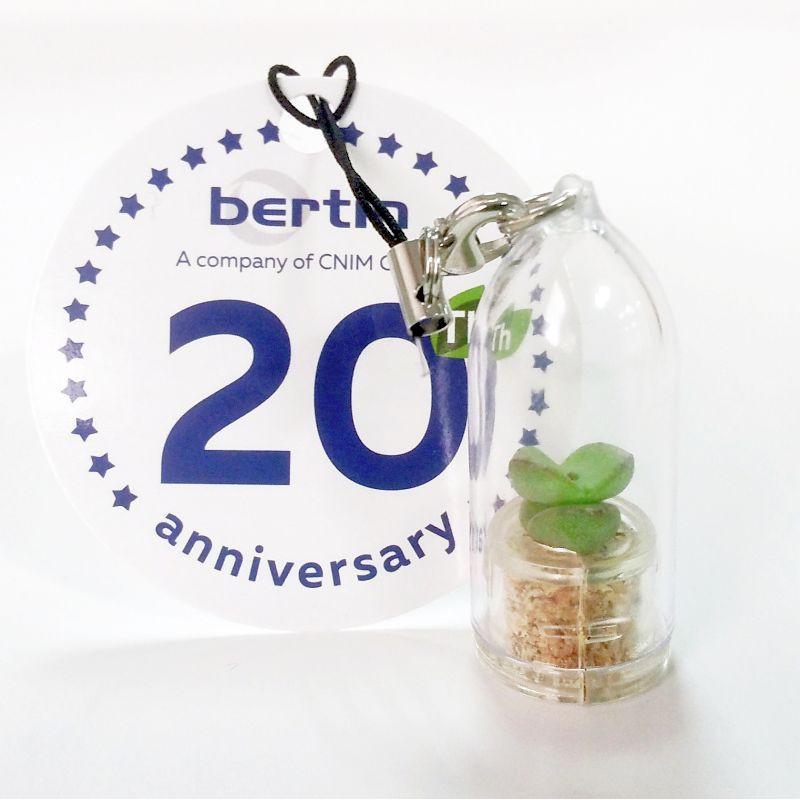 Babyplante personnalisée avec une cartonette ronde attachée au cordon du porte clé